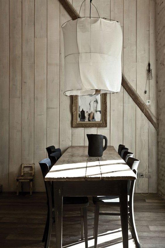 Comedor con mesa de madera y lámpara colgante de tela