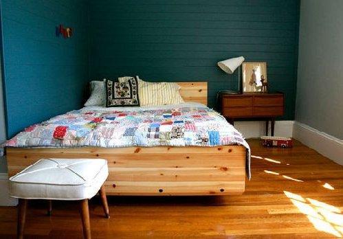 si tienes una cama grande y el dormitorios es minsculo es buena idea renunciar al resto del mobiliario y dejar que la cama hable por si sola y llene la
