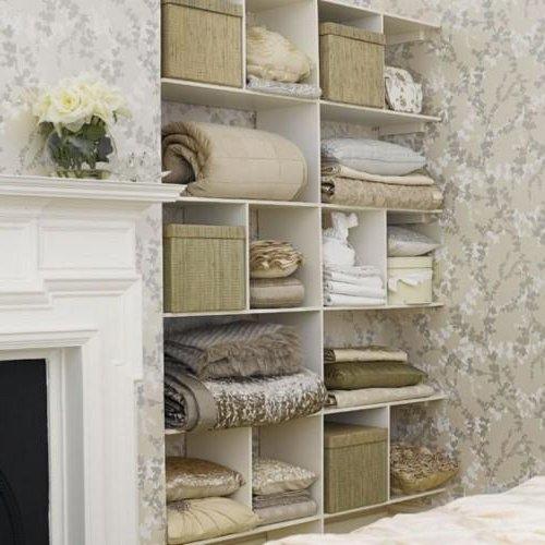 muchas de las estanteras de mayor encanto apuestan por diseos asimtricos estantes de vidrio madera rstica o simplemente incorporan diseos sencillos