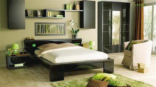 Dormitorio en color gris, beige y adornos en color verde