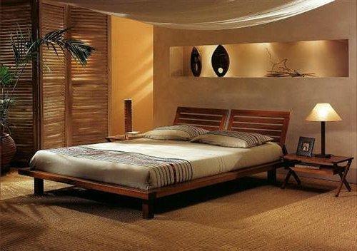 Dormitorio de matrimonio con biombo de madera y cama con patas