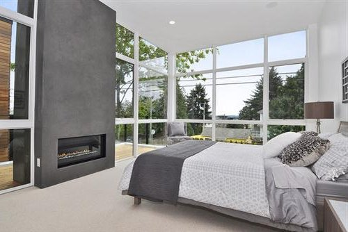 diferentes tonos de gris y gran ventanal