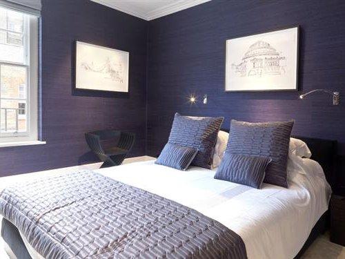 dormitorio morado y blanco