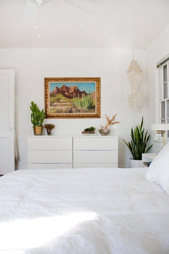 cuarto blanco, cuadro y decoraciones doradas