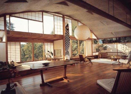 Comedor salón de estilo Zen, con amplios ventanales y elaborado principalmente en madera