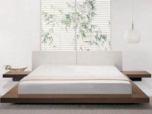 Dormitorio japonés minimalista con paredes blancas y cama blanca, cama con plataforma
