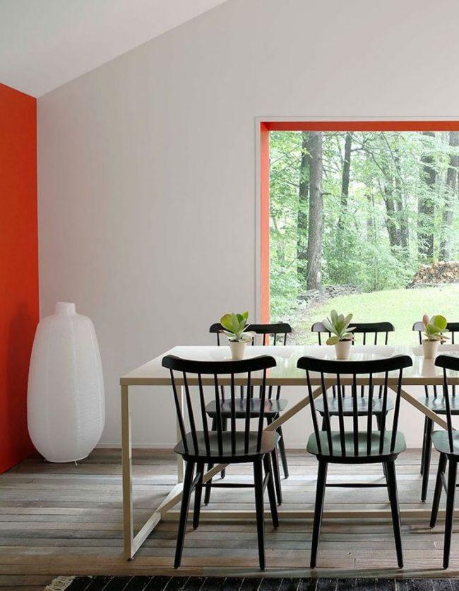 comedor blanco con pared naranja