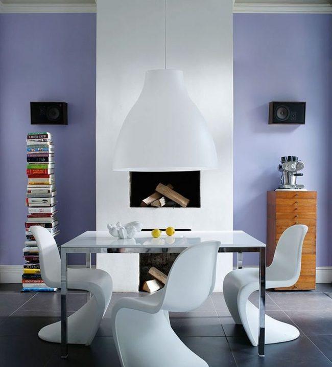 comedor paredes moradas, chimenea blanca, comedor blanco moderno