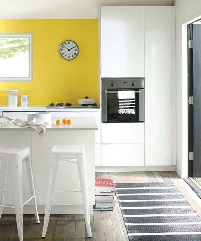 cocina blanca pared amarilla