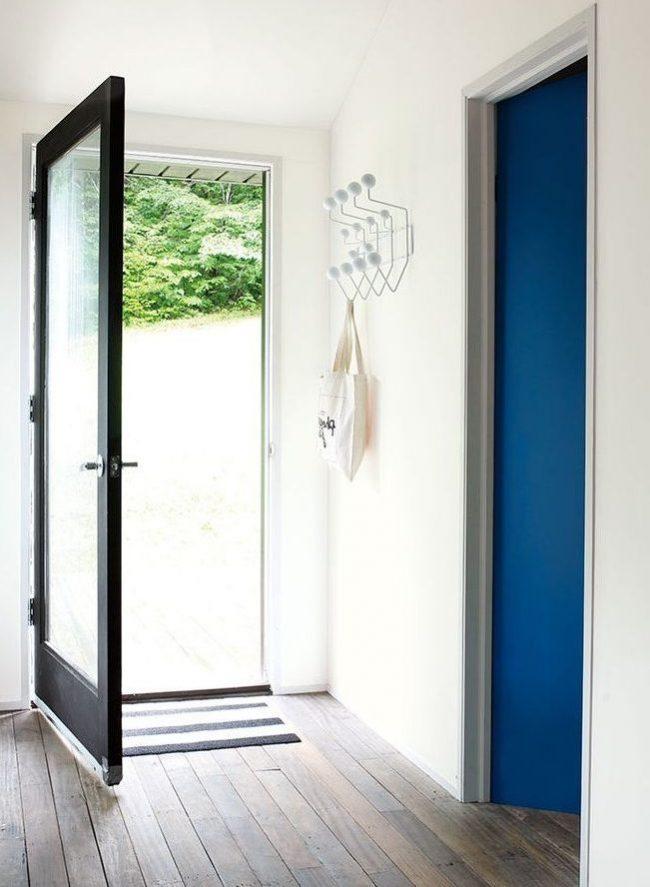 recibidor blanco puertas negra y azul