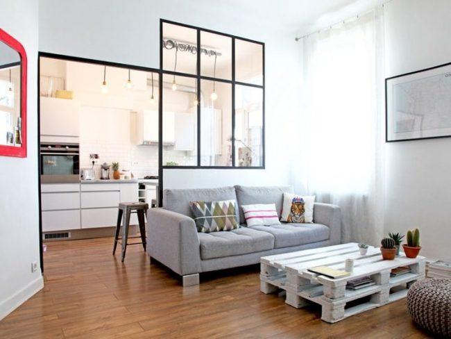Salones peque os 30 fotos e ideas para una decoraci n for Muebles oscuros paredes claras