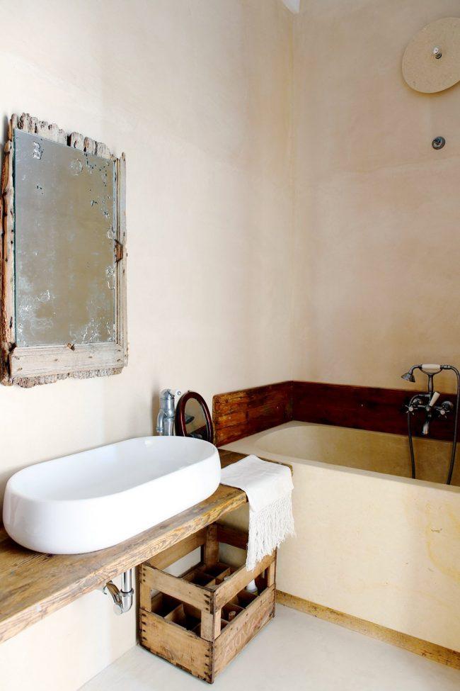 Baño rústico con espejo antiguo, de color blanco