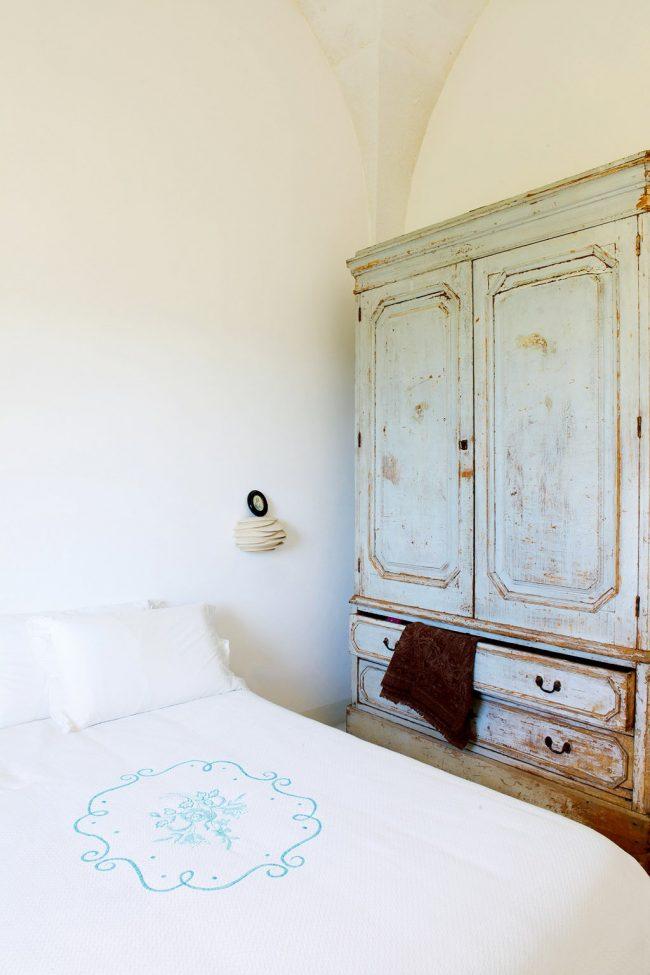 Dormitorio en color blanco con armario blanco gastado vintage