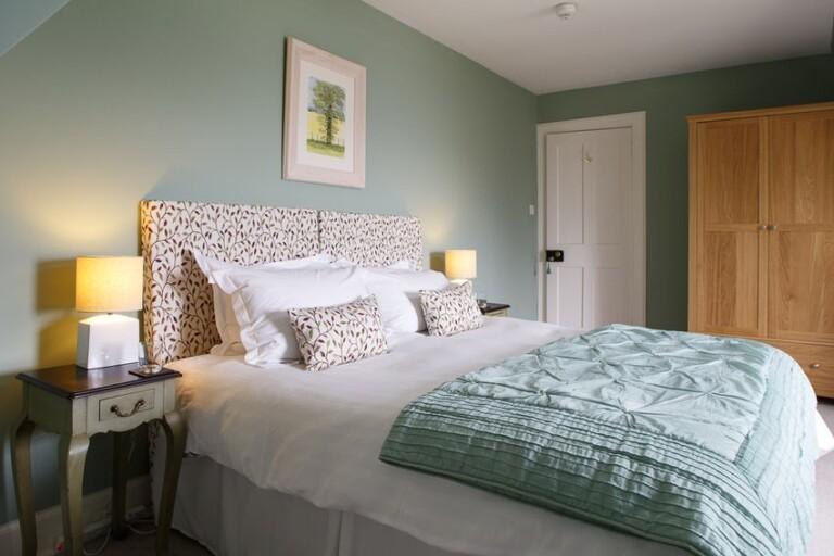 habitación en tonos de verde y blanco