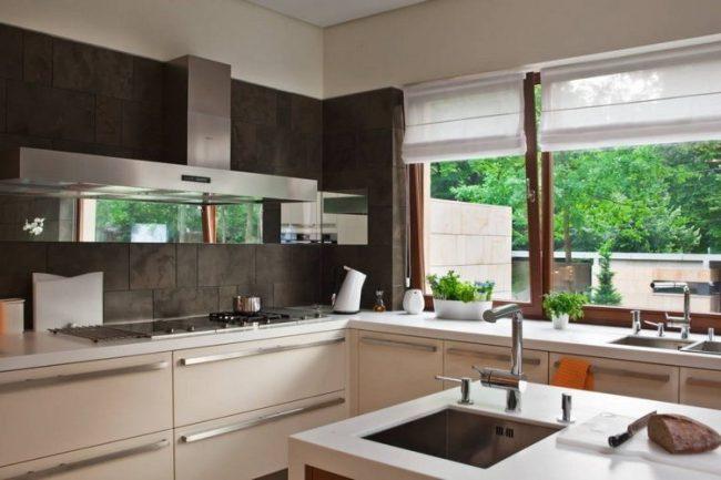 las cortinas enrollables en madera son una buena opcin para cuando se tiene entornos del mismo color de madera y se quiere camuflar las cortinas