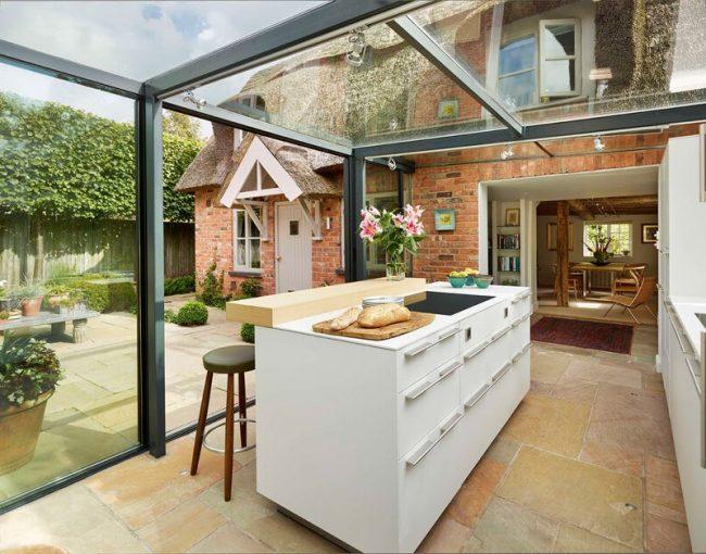 cocina con techo y paredes de vidrio