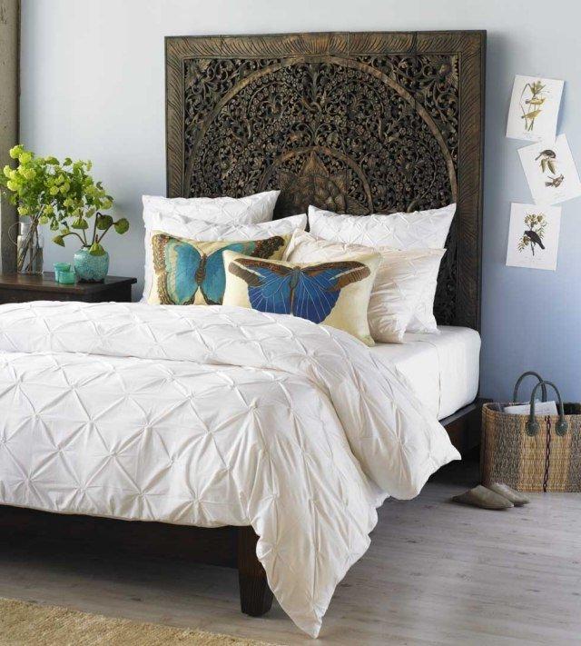 paredes celeste pastel, cabecero marroquí, cojines con mariposas