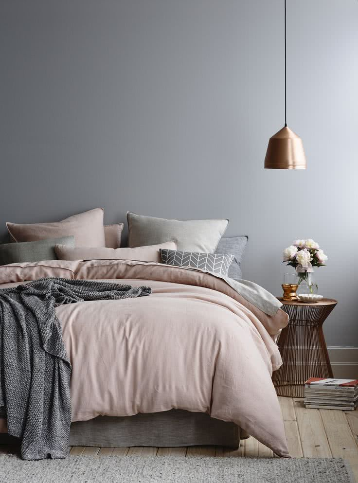 predomina el color gris, complementado con bronce y rosa viejo