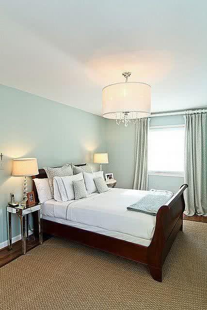 paredes celeste pastel techos blancos, cama de madera