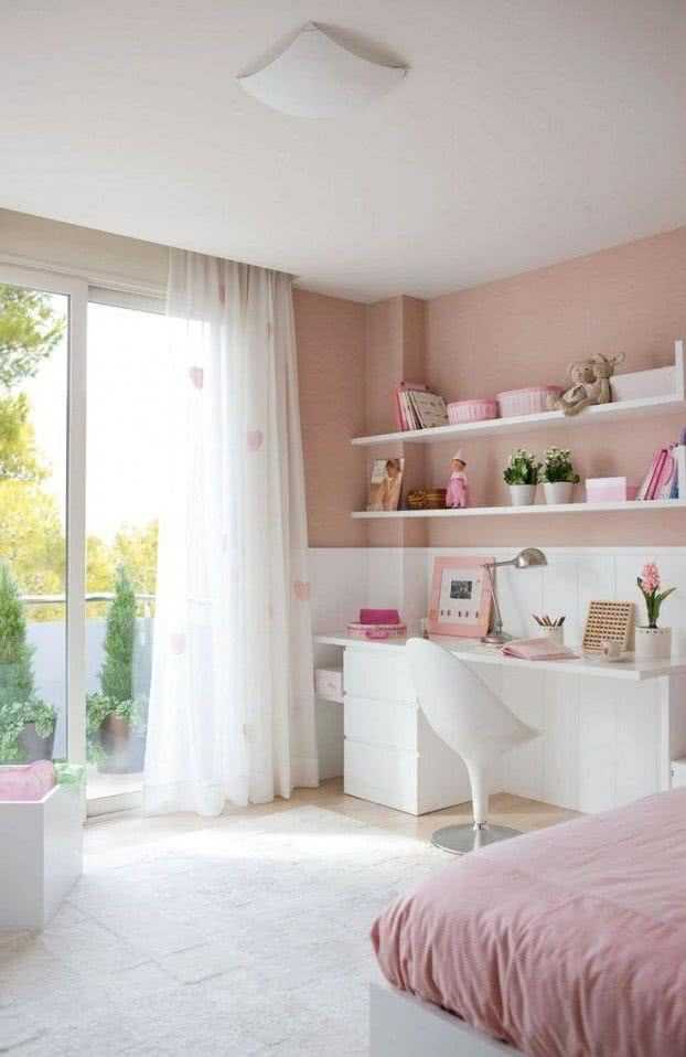 habitación juvenil en tonos rosa y blanco