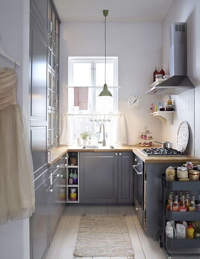 cocina con gran ventana y muebles grises