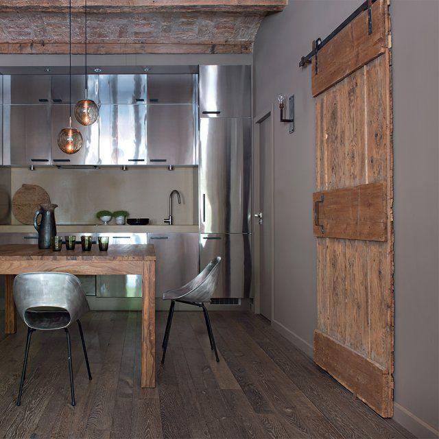 cocina minimalista en madera y acero inoxidable