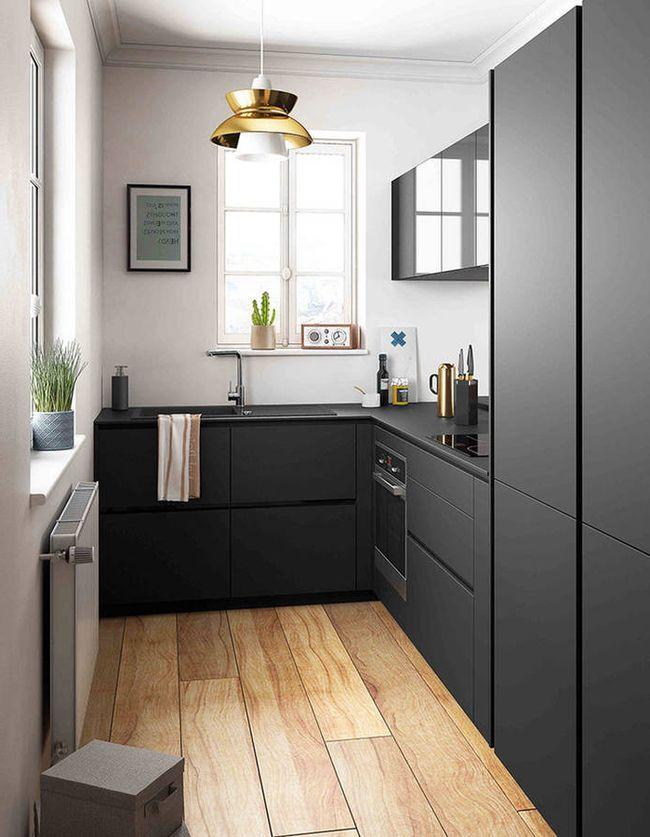 muebles en negro, suelos de madera natural clara, ventanas al exterior
