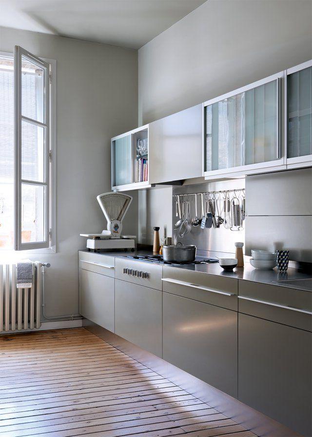 cocina moderna con suelos en madera clara, muebles en gris claro, con puertas deslizantes en cristal