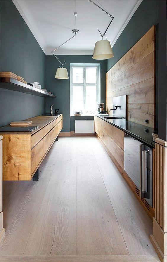armarios de madera en color natural, con paredes en gris oscuro y suelo de madera clara.