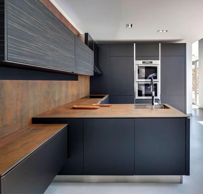 muebles de cocina en color gris oscuro con encimera de metal color óxido