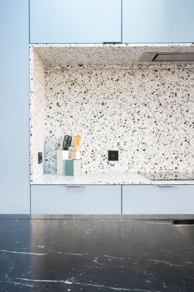 pared y encimera de terrazo en tonos grises y negros