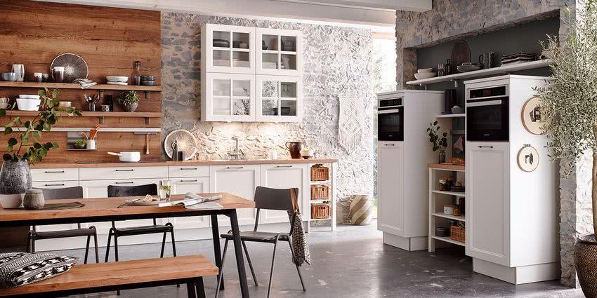 cocina rústica con paredes de piedra y madera