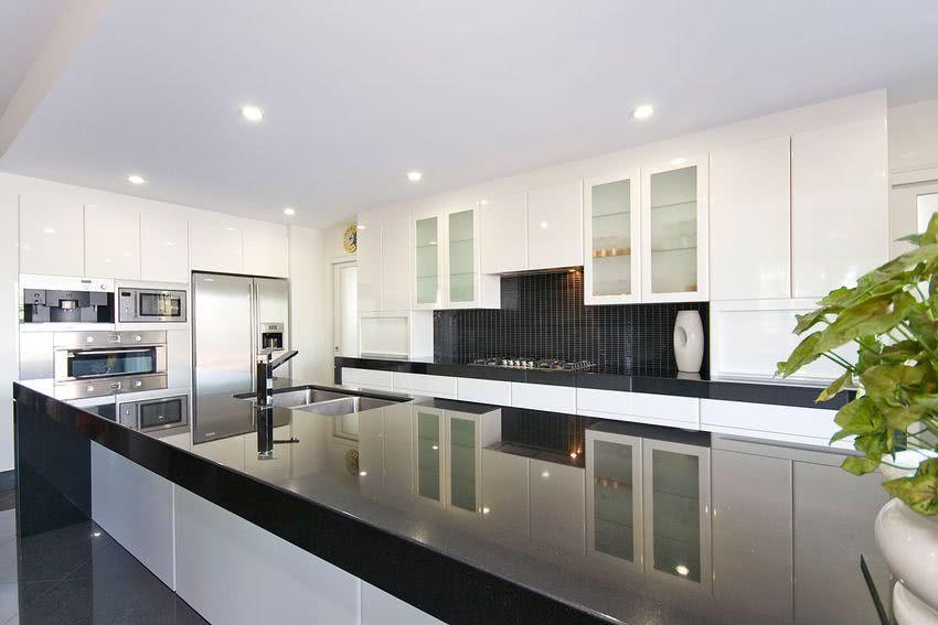 encimera de granito negro en cocina blanca
