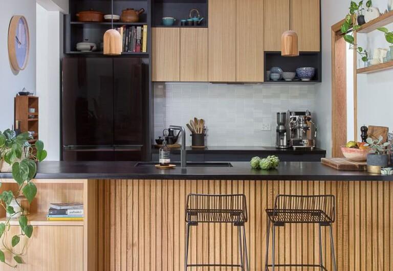 estantes con bonitas vasijas