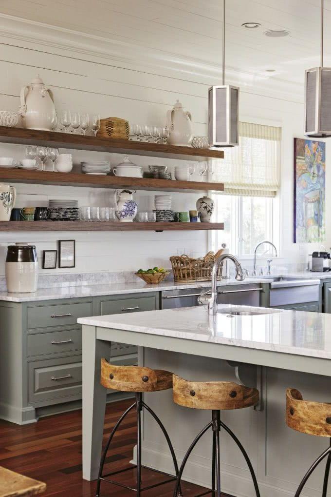 cocina blanca y gris con estantes madera