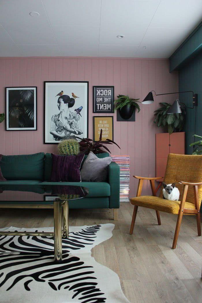 salón con sillones amarillo y verde, paredes verde y rosa