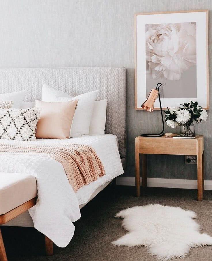 paredes grises, cama en rosa pastel, lámpara oro rosa