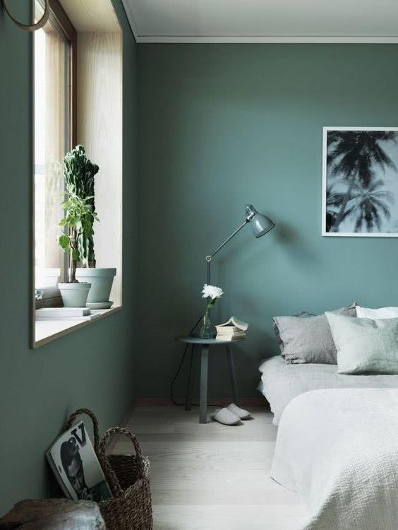 cuarto con pared verde azulado decoraciones en tonalidades de gris