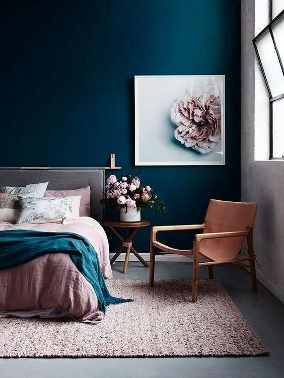 pared azul, cuadro con rosa, cama rosa