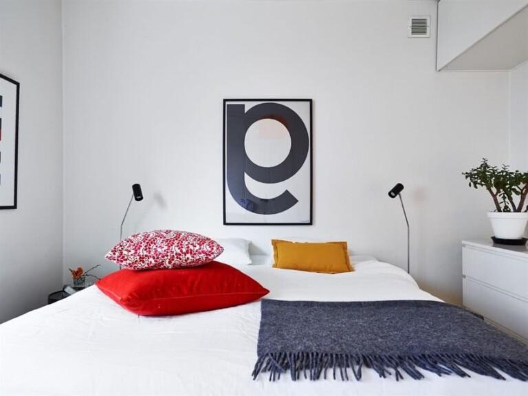 cuarto blanco cojines en colores
