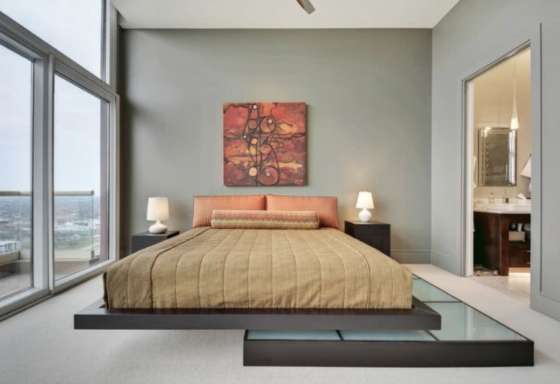 pared salvia, cama en beige y naranja, cuadro en tonos rojos y naranjas