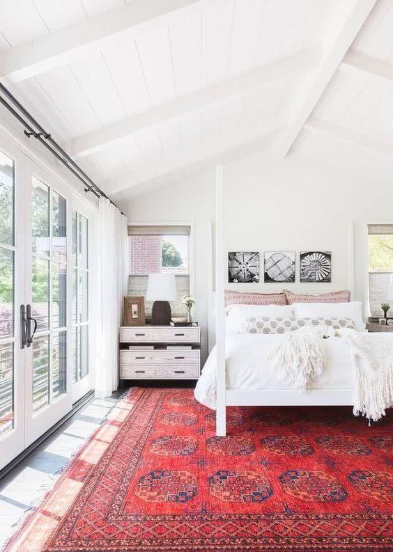 dormitorio blanco, alfombra roja