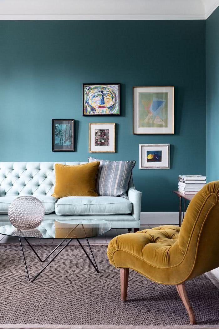 salón de paredes azules, sillón celeste y otro amarillo mostaza