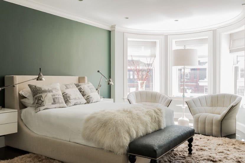 cuarto con pared salvia grisáceo, cama en tonos crema