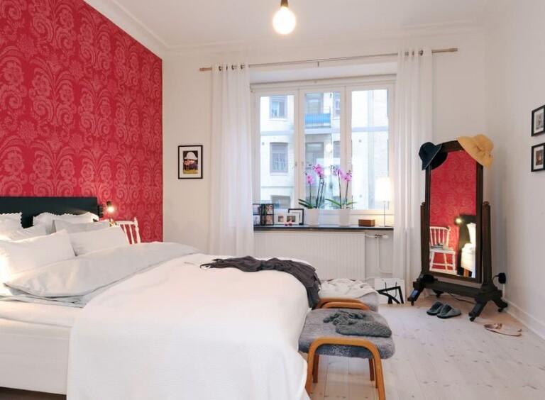 cuarto blanco con pared en tonos rojos
