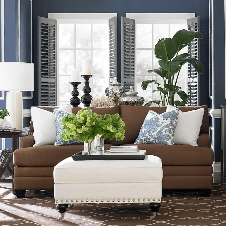 sillón marrón paredes azules y dos ventanas