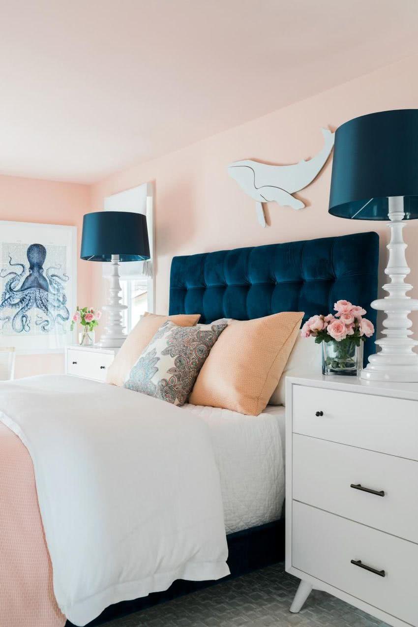 paredes rosa, cabecero y lámparas azul marino