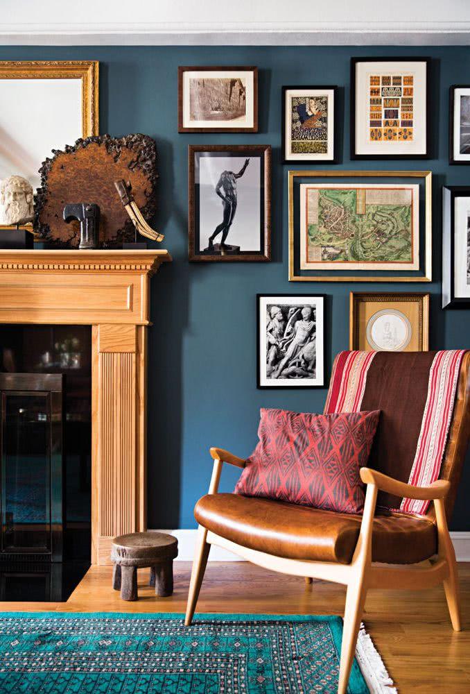 paredes azules, sillón marrón