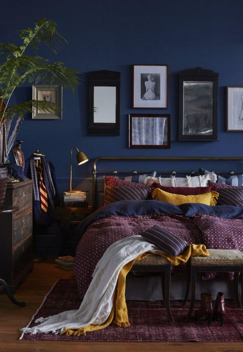 paredes azules, cama morados