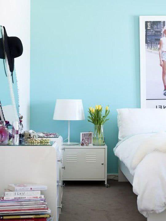 paredes celeste luminoso, muebles blancos, decoración en lilas